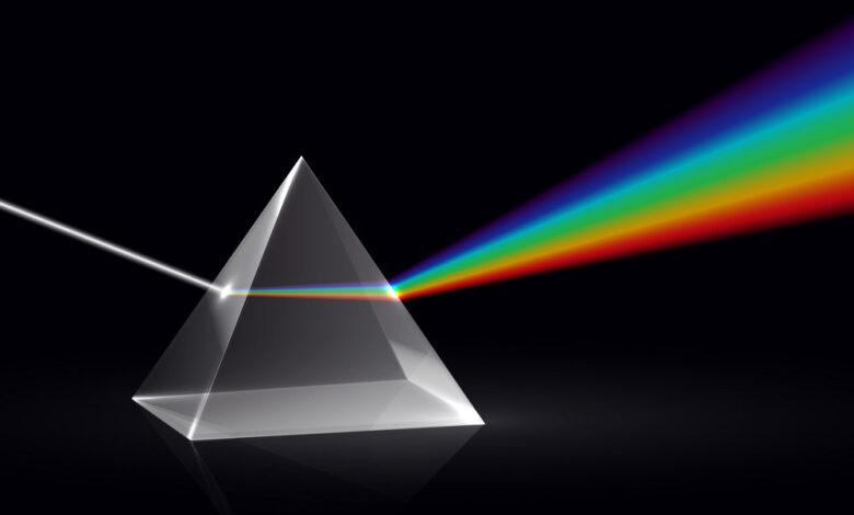 تشتت الضوء إلى ألوان الطيف من خلال المو